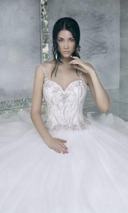 Пышное свадебное платье с корсетом, полностью расшитым серебристым бисером.