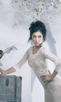 Закрытое кружевное свадебное платье прямого кроя с бежевой подкладкой.