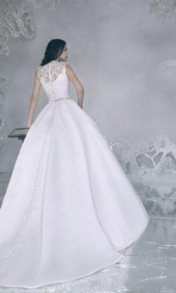 Свадебное платье с кружевным верхом и атласной юбкой А-силуэта со скрытыми карманами.