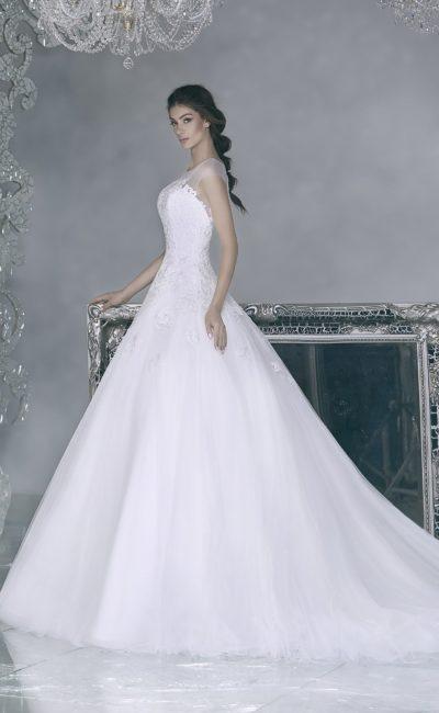 Свадебное платье силуэта «принцесса» с ажурной спинкой и полупрозрачным верхом.