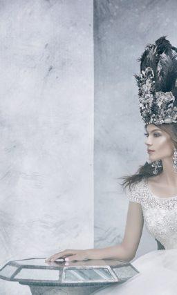 Закрытое свадебное платье «принцесса» со сверкающей отделкой верха.