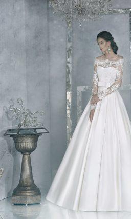 Элегантное свадебное платье с портретным декольте, шлейфом и широким поясом из атласа.
