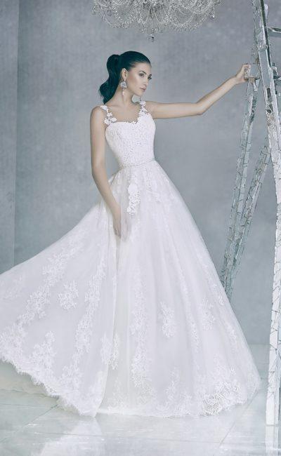 Пышное свадебное платье с кружевной отделкой и юбкой А-силуэта.