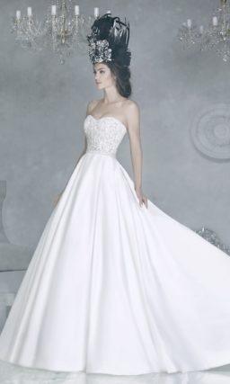 Свадебное платье с пышной атласной юбкой