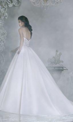 Свадебное платье с пышной атласной юбкой А-силуэта и открытым корсетом.
