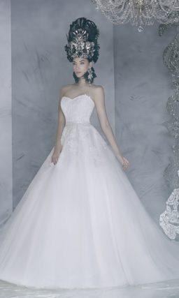 Лаконичное свадебное платье А-силуэта с открытым корсетом, покрытым кружевом.