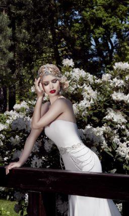 Свадебное платье силуэта «рыбка» с открытым корсетом и широким сверкающим поясом.