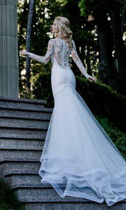 Свадебное платье «рыбка» с многослойной юбкой и длинными кружевными рукавами.