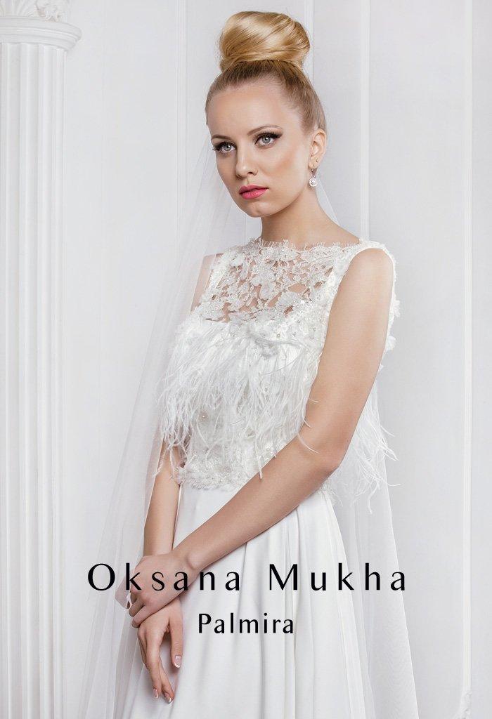 Эксцентричное свадебное платье силуэта «ампир» с объемной отделкой лифа с ажурной вставкой.