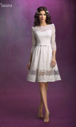 Закрытое свадебное платье с пышной юбкой длиной до колена.