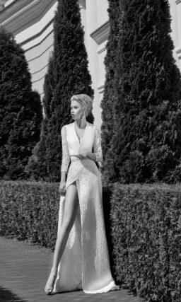 Прямое свадебное платье с высоким разрезом на юбке и V-образным декольте.