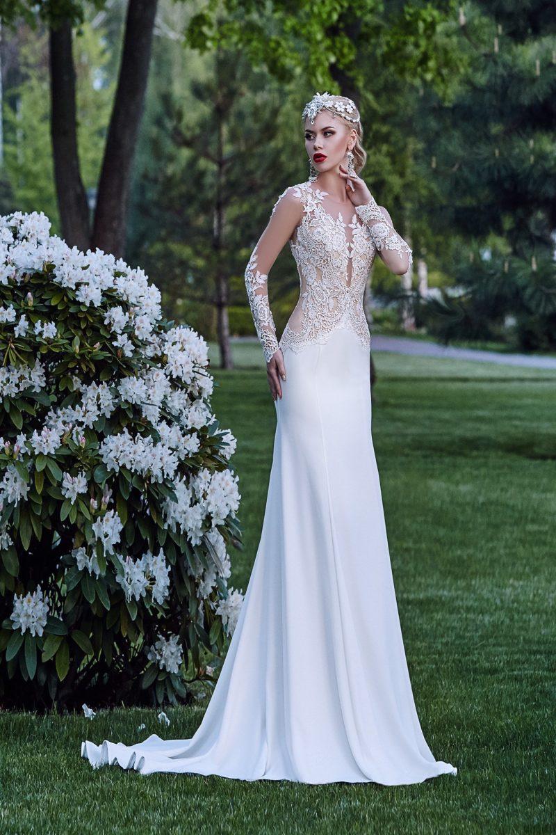 Свадебное платье «рыбка» с глубоким декольте и кружевными аппликациями по корсету.