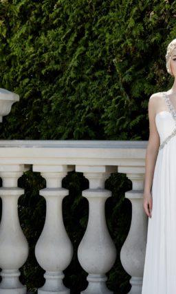 Ампирное свадебное платье с узкими сверкающими бретелями, очерчивающими лиф.