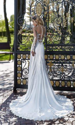 Свадебное платье силуэта «рыбка» с открытым кружевным лифом и шлейфом сзади.