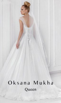 Закрытое свадебное платье с полупрозрачной отделкой лифа.