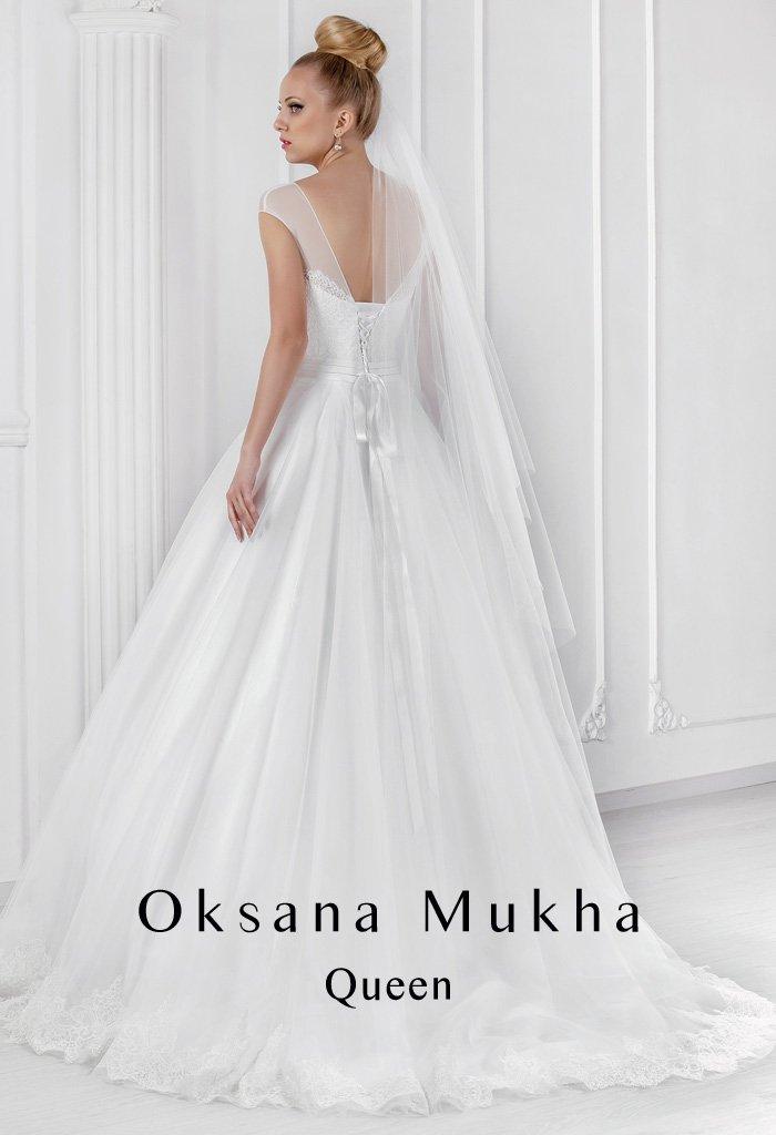 Закрытое свадебное платье с силуэтом «принцесса» и полупрозрачной отделкой лифа.