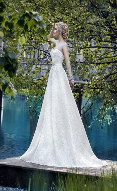 Открытое свадебное платье А-силуэта из ткани с кружевным узором с атласным поясом.
