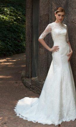 Свадебное платье силуэта «русалка» с закрытым верхом, оформленным кружевом.
