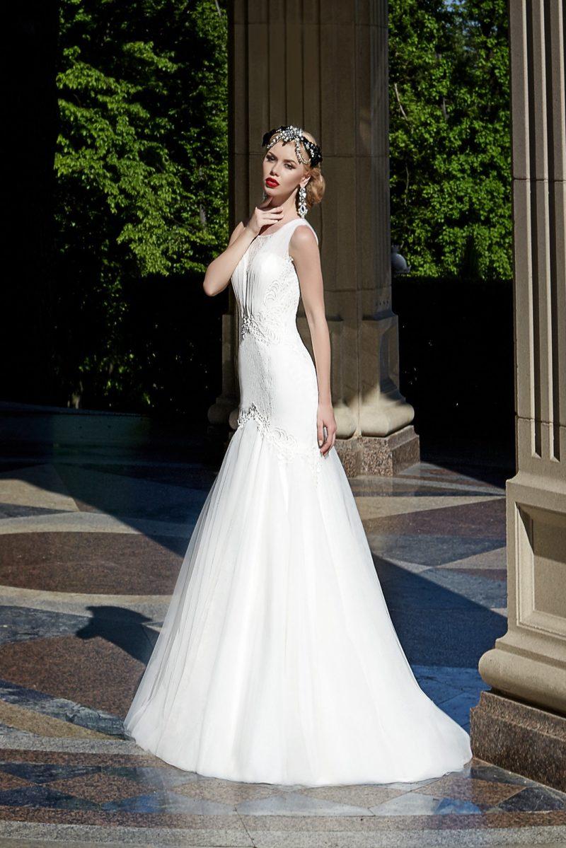 Закрытое свадебное платье силуэта «рыбка» с драпировками на корсете.
