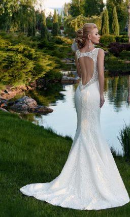 Кружевное свадебное платье «рыбка» с завышенной талией и открытой спинкой.