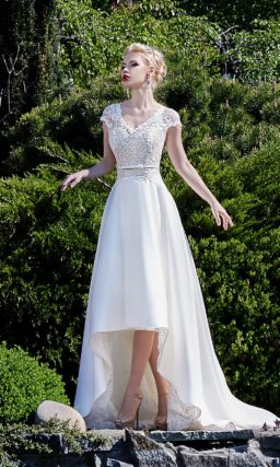Свадебное платье с кружевным верхом и укороченной спереди юбкой со шлейфом.