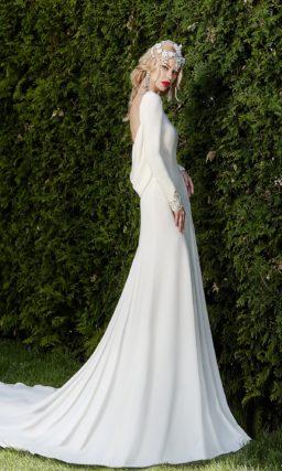 Закрытое свадебное платье «рыбка» в лаконичном стиле, с вышивкой из бисера на рукавах.