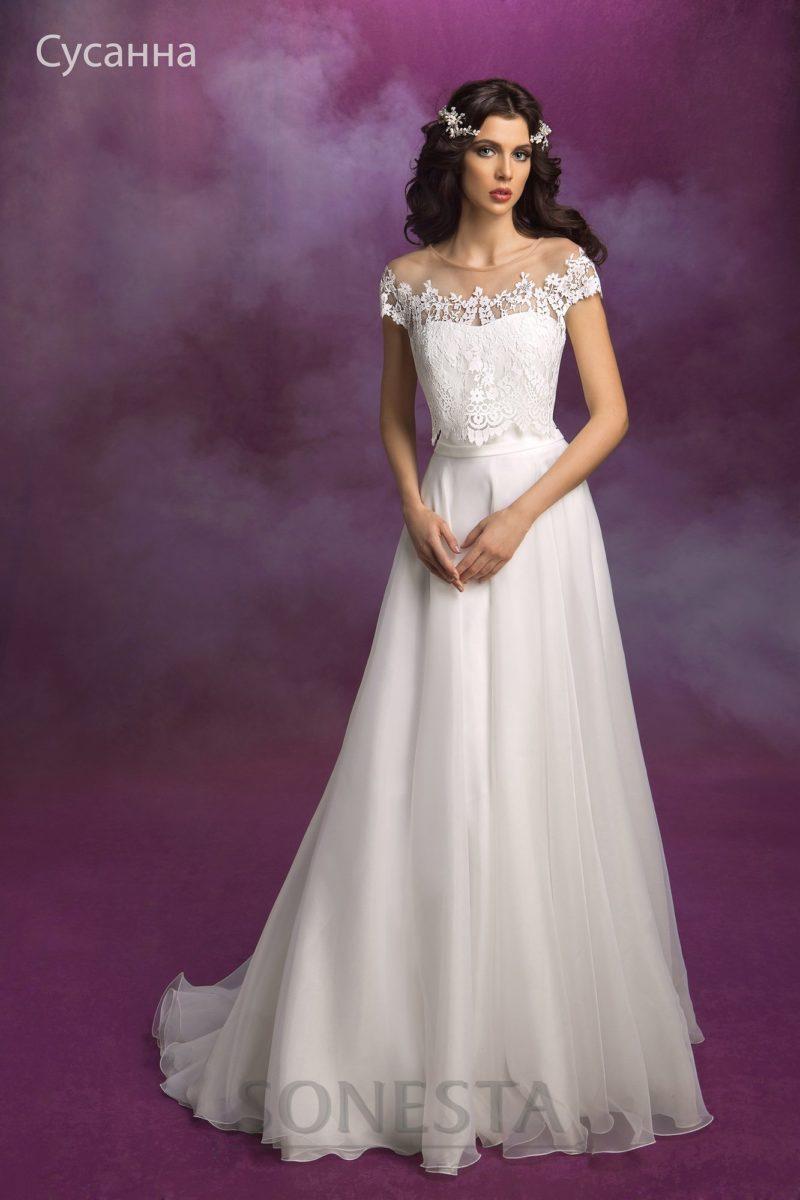 Открытое свадебное платье с силуэтом «принцесса», дополненное полупрозрачным верхом.