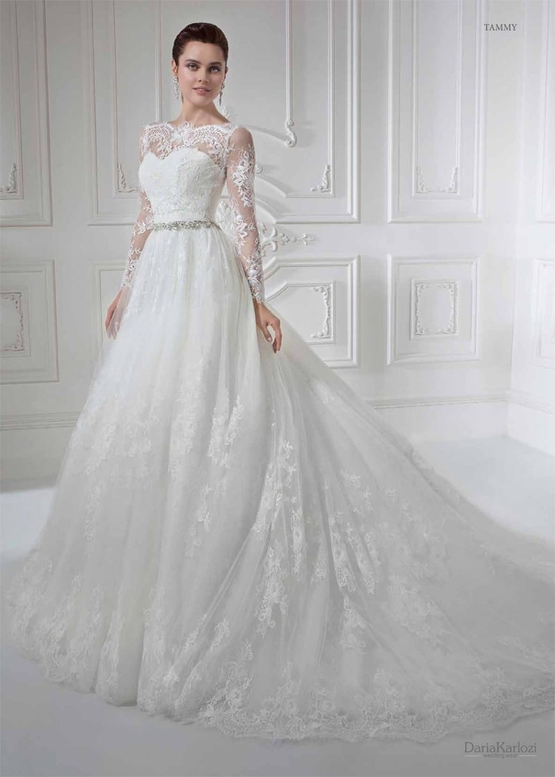 Кружевное свадебное платье с длинным пышным шлейфом.