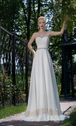 Открытое свадебное платье силуэта «принцесса» с отделкой из бежевого кружева на юбке.