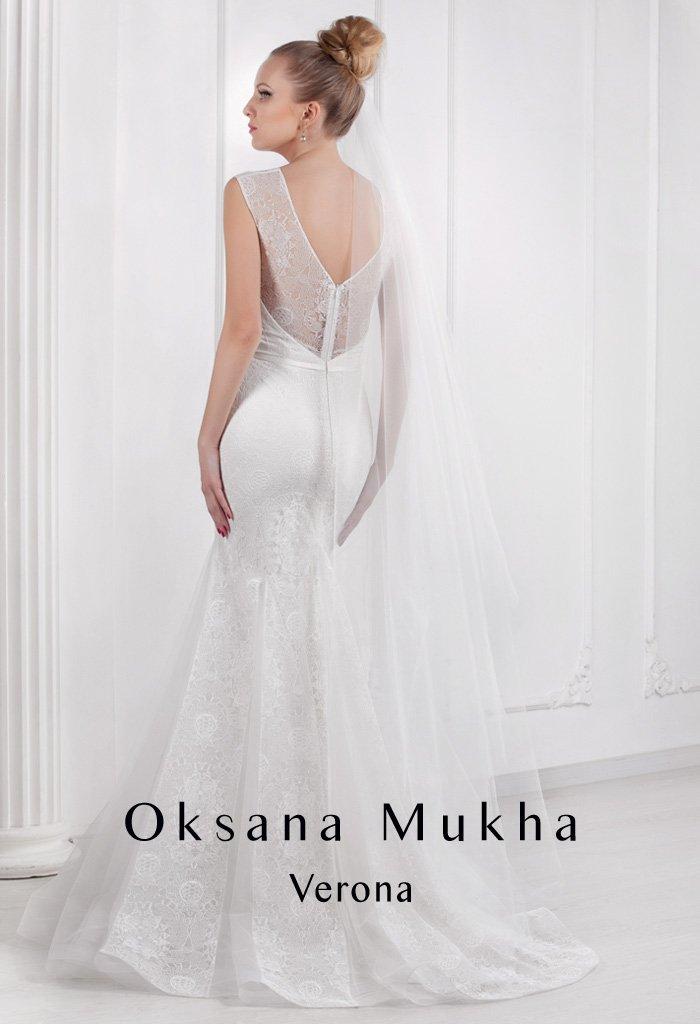 Элегантное свадебное платье «рыбка» с отделкой из плотного кружева, скрывающей декольте.