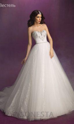 Открытое свадебное платье силуэта «принцесса» с расшитым серебристым бисером корсетом.