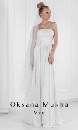 Прямое свадебное платье в ампирном стиле с отделкой из драпировок по открытому корсету.