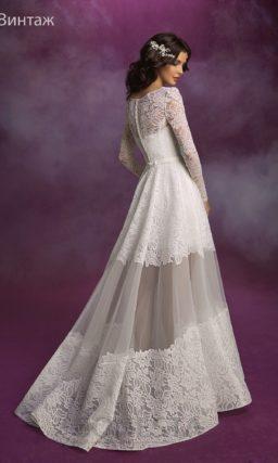 Короткое свадебное платье из атласа с узким поясом, украшенным бантом.