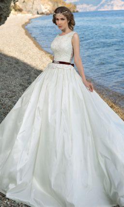 Свадебное платье силуэта «принцесса» с кружевным верхом и узким цветным поясом.