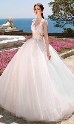 Пышное свадебное платье с полупрозрачной розовой тканью в качестве отделки на корсете.