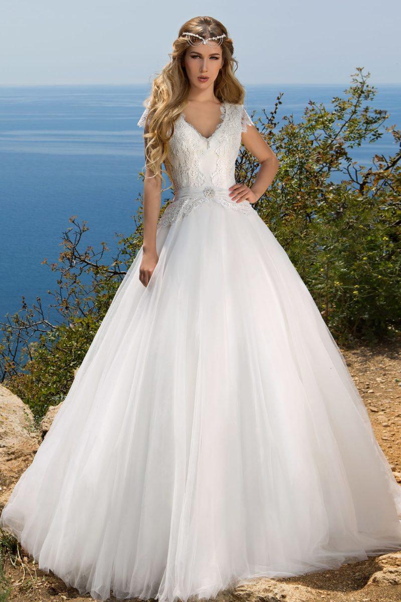 Свадебное платье силуэта с V-образным вырезом и ажурной спинкой.