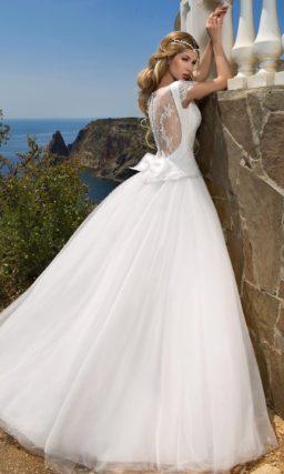 Свадебное платье силуэта «принцесса» с V-образным вырезом и ажурной спинкой.