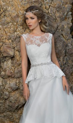 Свадебное платье с кружевной баской и сверкающим поясом.