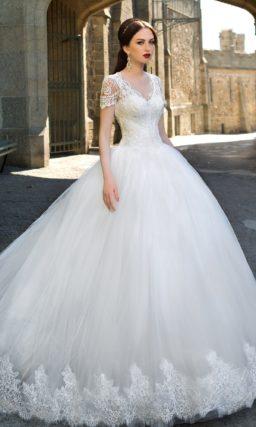 Свадебное платье пышного силуэта с кружевным корсетом с короткими рукавами.