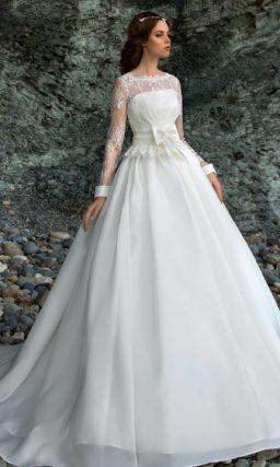 Закрытое свадебное платье с широким поясом, украшенным бантом.