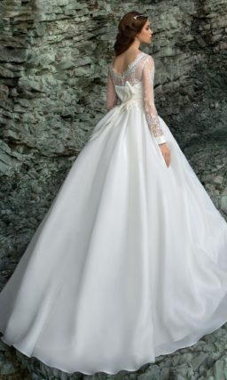 Закрытое свадебное платье силуэта «принцесса» с широким поясом, украшенным бантом.