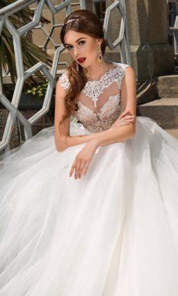 Свадебное платье с многослойной юбкой А-силуэта и бежевым корсетом, украшенным бисером.