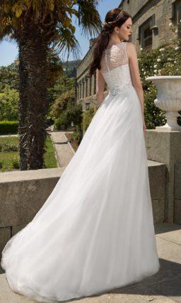 Свадебное платье «принцесса» с закрытым лифом, оформленным бисерной вышивкой.