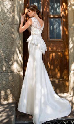 Свадебное платье силуэта «рыбка» с пышной ажурной баской и узким сверкающим поясом.