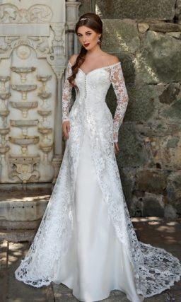 Свадебное платье силуэта «рыбка» с портретным декольте и роскошным кружевным шлейфом.