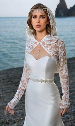 Свадебное платье силуэта «рыбка» с длинными рукавами и ажурным капюшоном.