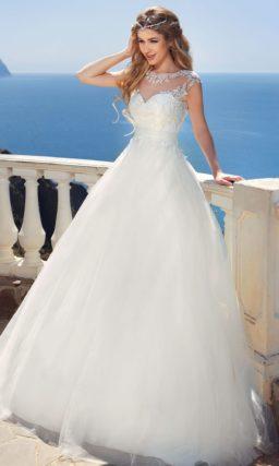 Свадебное платье силуэта «принцесса» с ажурным верхом и широким полупрозрачным поясом.