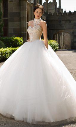 Пышное свадебное платье с открытым бежевым корсетом, украшенным бисерной вышивкой.