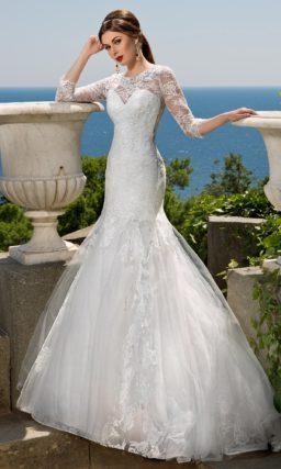 Закрытое свадебное платье с ажурной отделкой и пышной юбкой силуэта «рыбка».