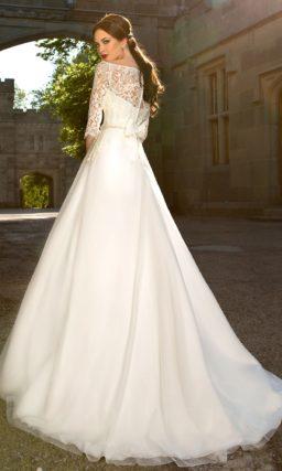 Элегантное свадебное платье силуэта «принцесса» с кружевной отделкой корсета.